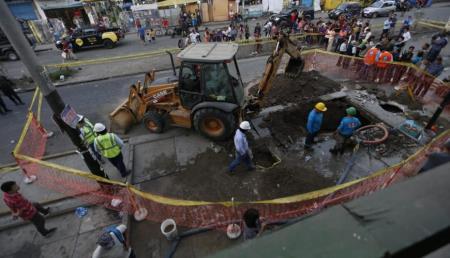 Rotura de tubería en Av. Huáscar afectó a varios vecinos