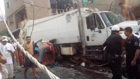Un hombre quedó atrapado entre los fierros luego de que un camión aplastara su auto