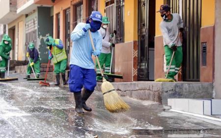 Desinfectan calles donde falleció una persona por Coronavirus Covid-19 en Huascar