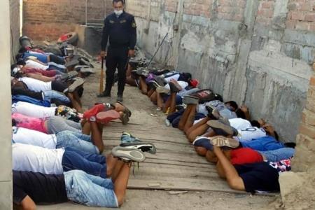 Detienen a 28 personas armadas reunidas dentro de una casa