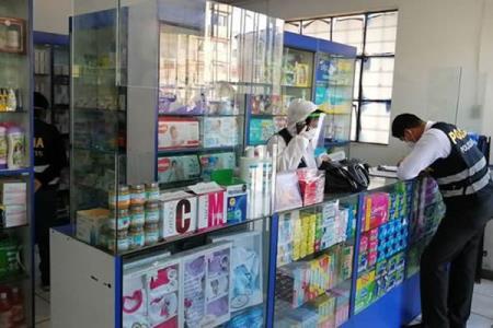 Clausuran boticas que vendían medicinas vencidas