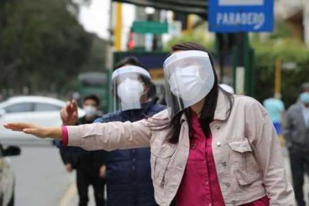 Uso de protectores faciales está en marcha blanca, luego será obligatorio en el transporte público