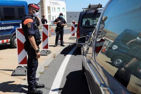 España vuelve a confinar a población de Cataluña por rebrote