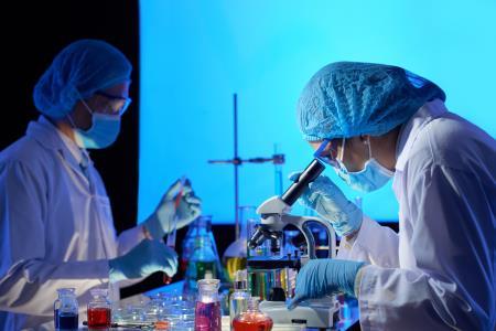 La vacuna contra la covid-19 de la Universidad de Oxford tiene resultados prometedores.