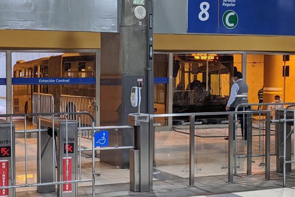 Bus del Metropolitano chocó contra mampara en la estación Central