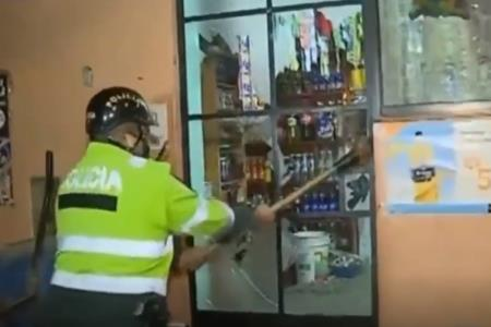 Policía rompe puerta a combazos para intervenir a infractores del toque de queda