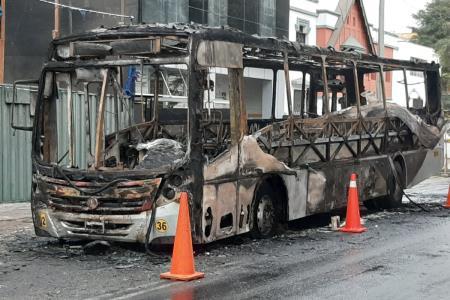 Bus de transporte público se incendió en la avenida Benavides en Miraflores