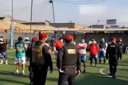 policia-interviene-a-30-personas-que-jugaban-fulbito-cerca-a-la-estacion-san-carlos
