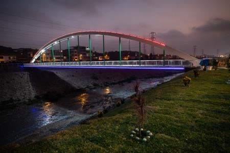 Así luce el puente peatonal Malecón Checa en la noche