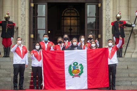 tokio-2020-presidente-sagasti-entrego-la-bandera-nacional-a-delegacion-peruana