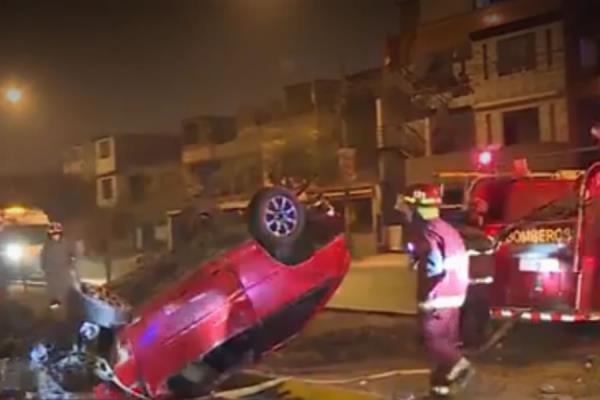 Policía volcó su auto en ciclovía