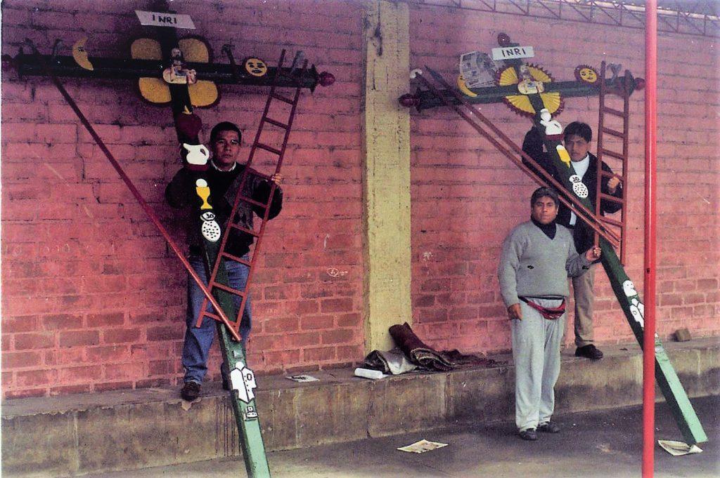 Las dos cruces en el pueblito de San Juan de Lurigancho en 1998