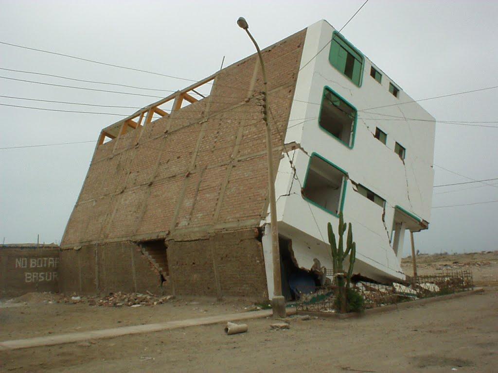 Terremoto de Pisco, se puede apreciar una vivienda donde fallaron los muros del primer piso, por la excesiva carga sin un adecuado diseño