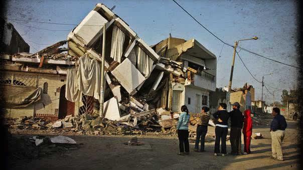 Vivienda de 4 pisos colapsada en el terremoto de Pisco, resultado de la negligencia de construir sin estudios, planos ni supervisión de un Ingeniero Civil