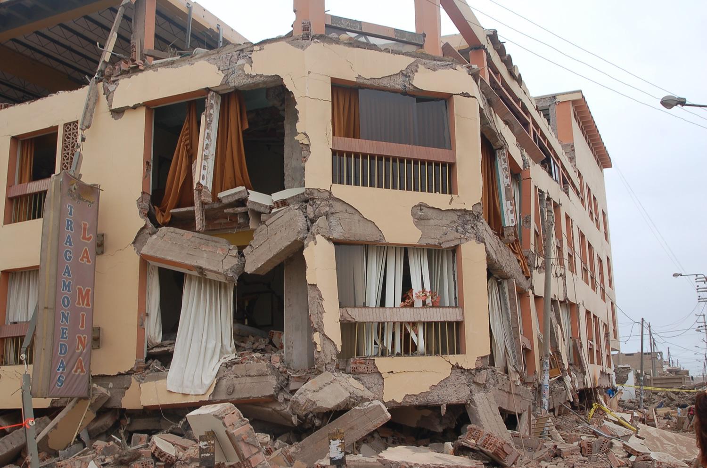 Colapso total de la estructura debido al uso de muros con ladrillos pandereta en los pisos inferiores. Terremoto de Pisco 2007