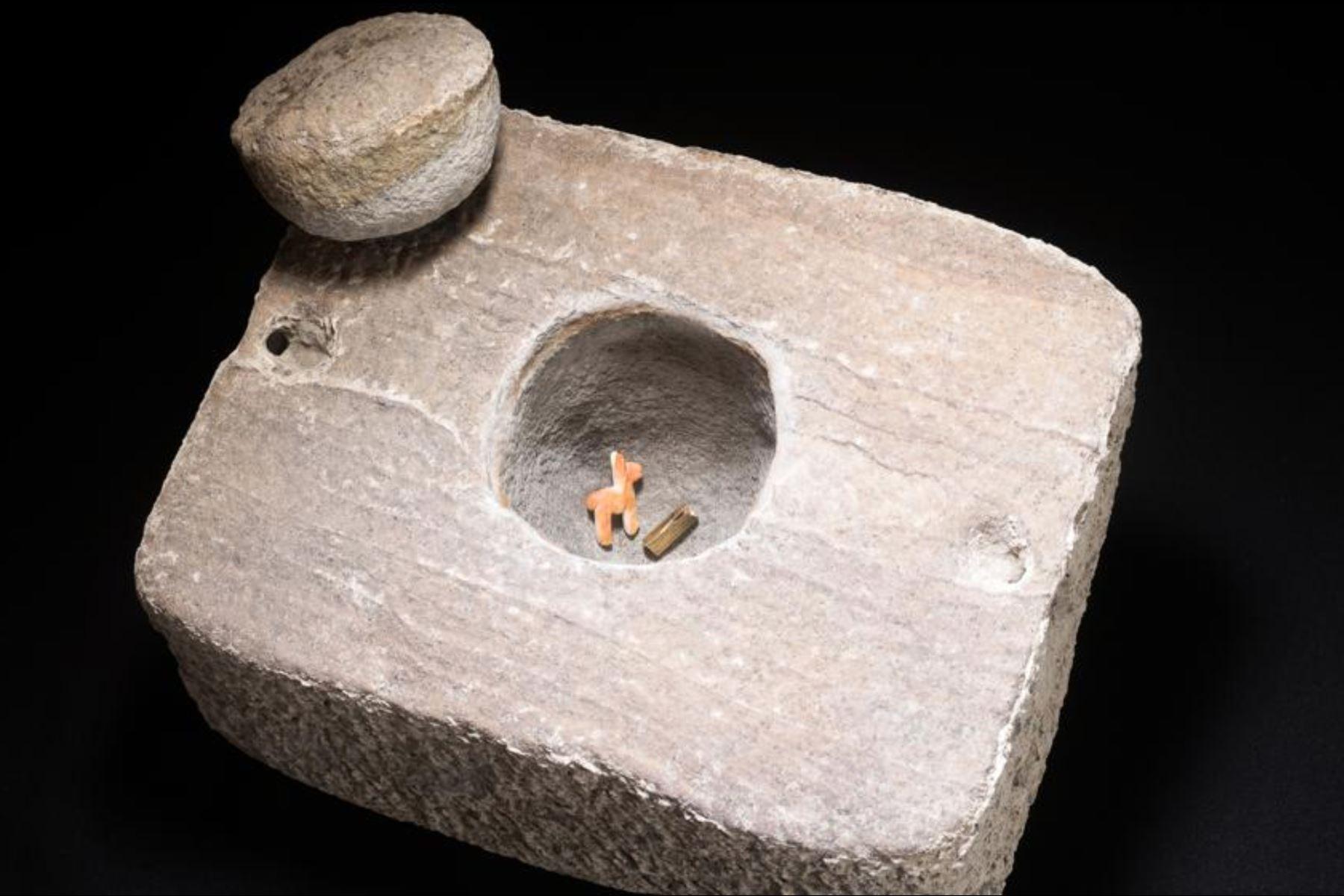 Esta es la piedra semejante a una caja; en el agujero se encontró la figura de una llama y una pieza de oro. Foto: Antiquity Publications Ltd, 2020