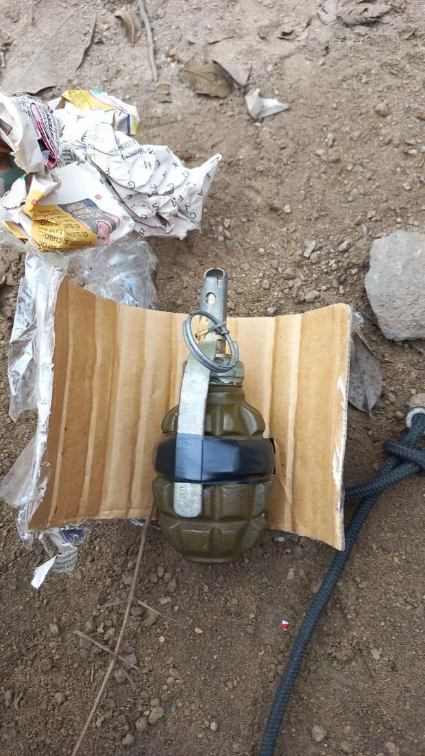 Esta es la granada de guerra que hallaron los policías en el carro de los delincuentes